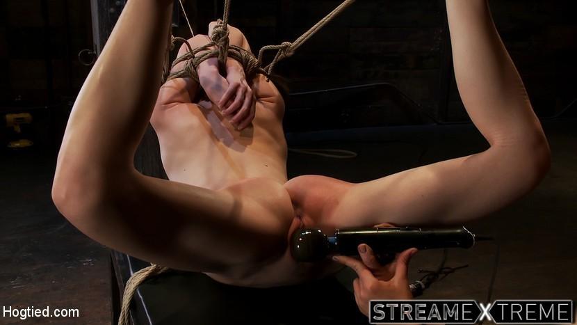 Sensi Pearl wird von Rain DeGrey im Beinspalt-Bondage bestraft